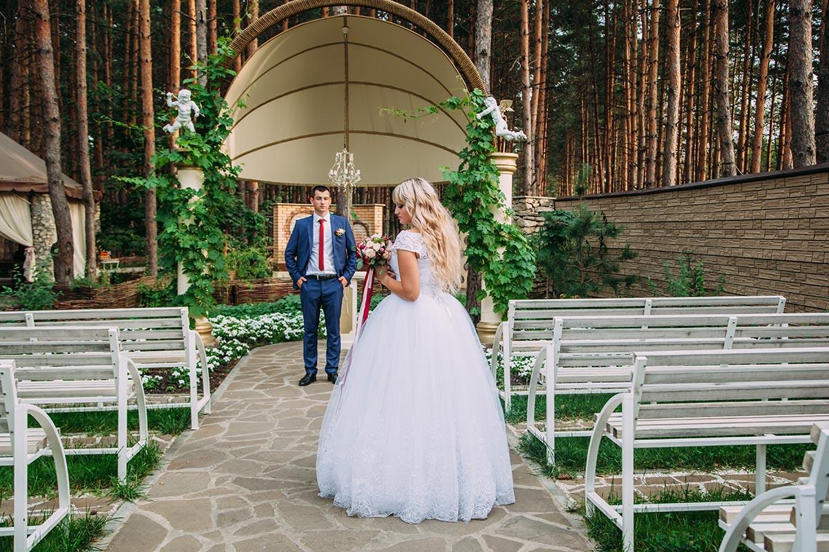 фото у свадебного шатра
