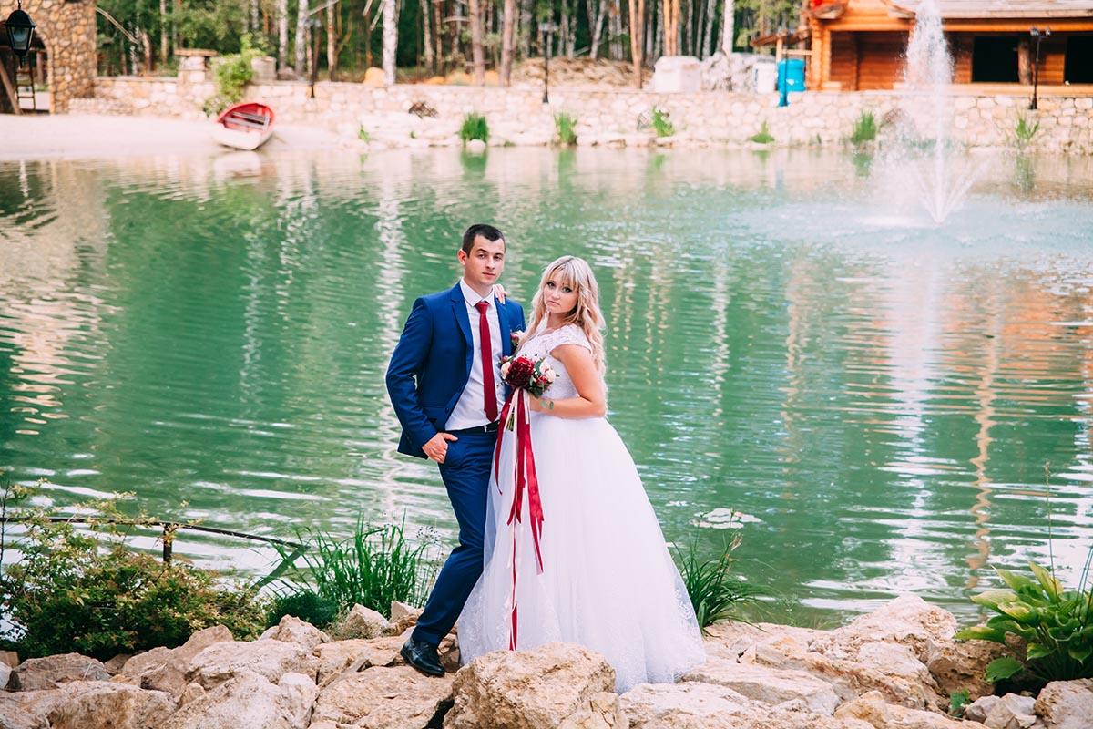 молодожены фото у озера