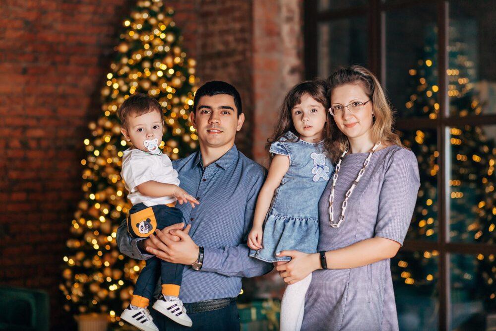 фотосессия семьи в студии на новый год