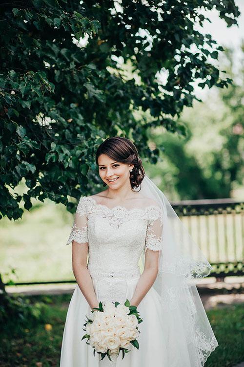 очаровательная невеста в красивом свадебном платье