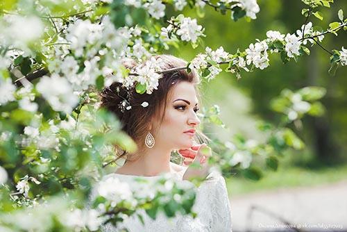фотосессия свадьбы в яблоневом саду