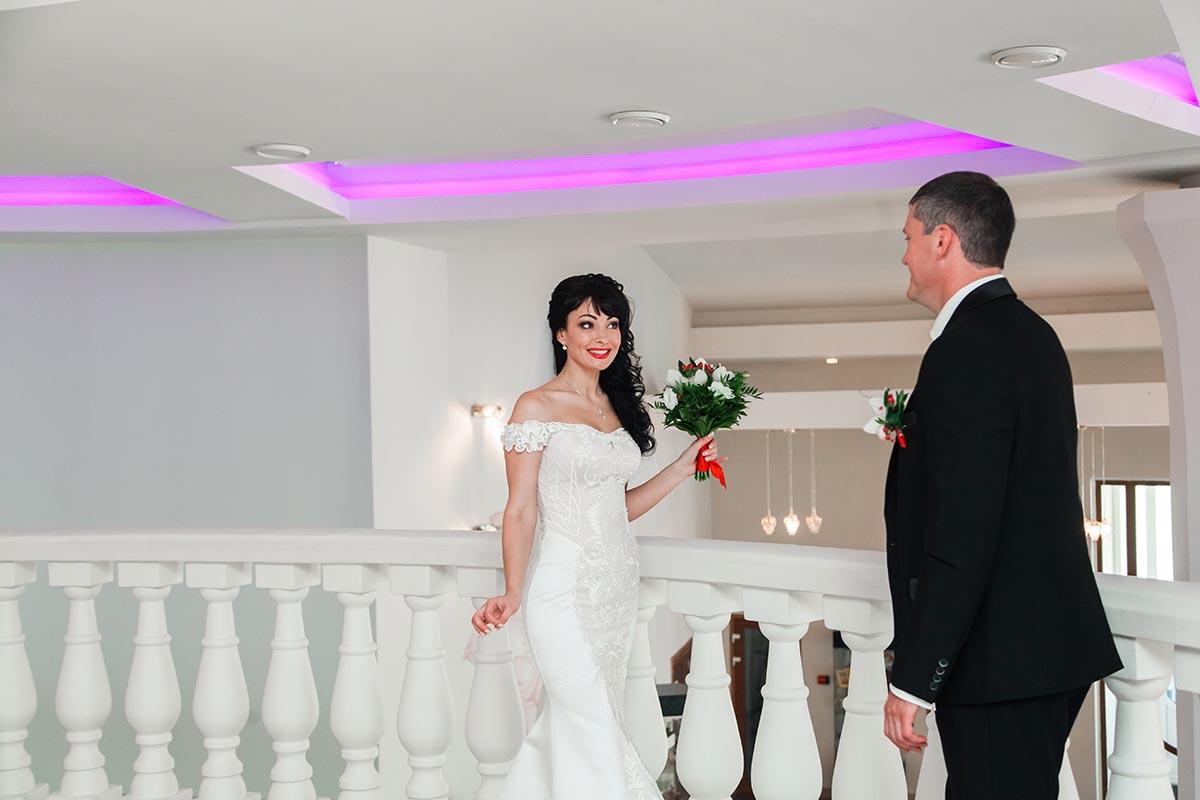 свадебная фотосессия на балконе в ЗАГСе Радужный