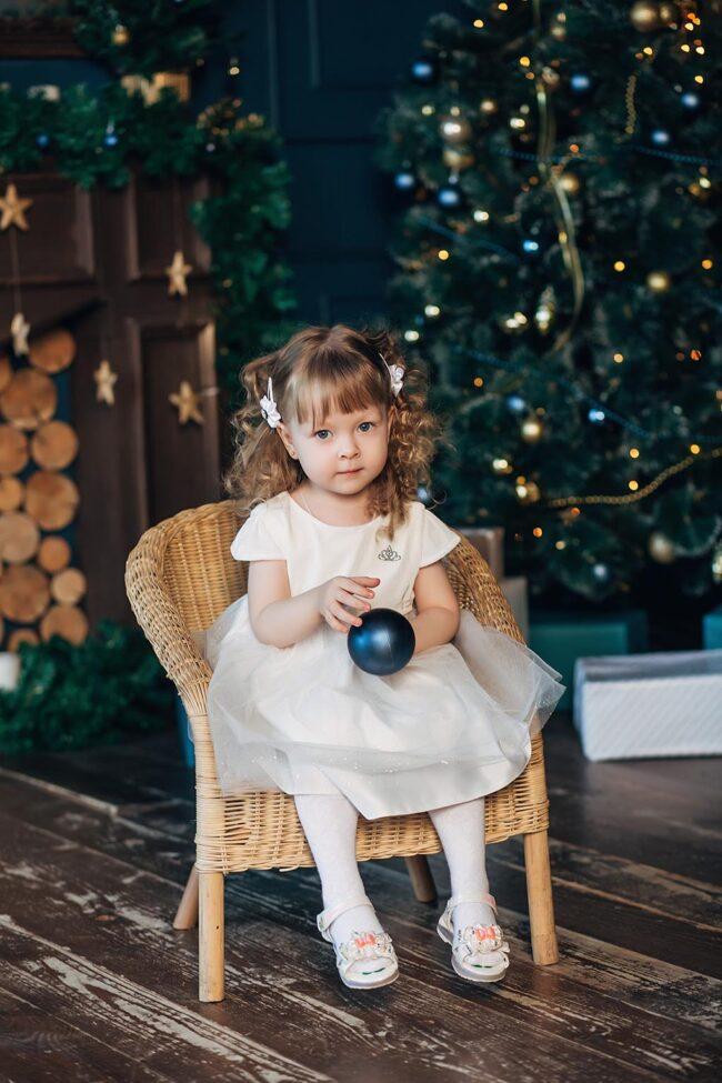 Дети под елкой с подарками фото