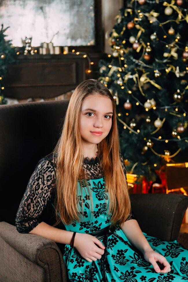 Фото детей у елки новогодней