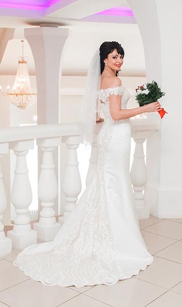 красивая невеста в нежном подвенечном платье