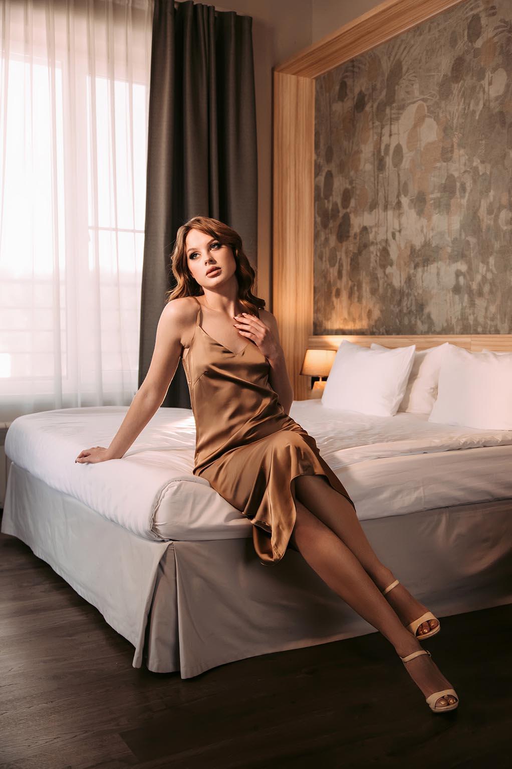 фото девушки в отеле PLES на кровати